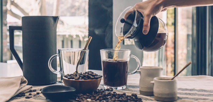Je káva skvělou superpotravinou, nebo spíše škodlivou drogou?