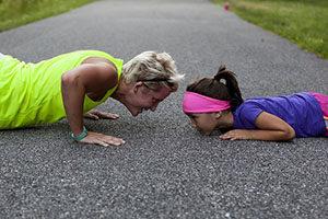 Yogalates pomůže s narovnáním páteře.