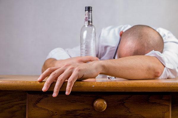 Pijte spolu s alkoholem také vodu.