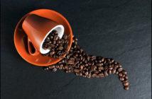 Káva je silným zdrojem kofeinu.
