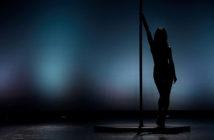 Pole dance vám zpevní tělo a zlepší rovnováhu.