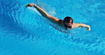 plavající žena